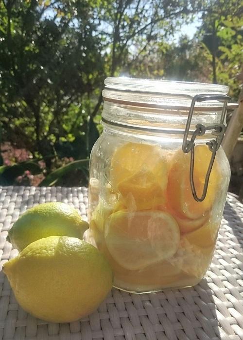 国産レモンが黄色く色づいて登場する頃、塩レモンを仕込むならこの時期がおすすめ。材料は粗塩とレモンのみ。実だけでなく皮にも多く含まれているビタミンCは血流を良くし脂肪燃焼しやすくする働きがあり、香り成分のリモネンは食べ過ぎをおさえてくれるのでダイエット効果も期待できます。
