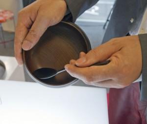 チャーハンでも最後の一粒まで美しく食べたいという「カッコいい食べ方」と、手の力が弱い人でもしっかり食べられるというユニバーサルデザインを両立させた木の器。