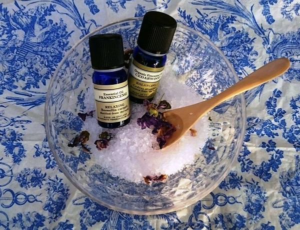 【天然塩で作ったバスソルト】  天然塩にはミネラル成分が豊富に含まれているので保湿効果も期待できます。発汗・浄化作用で老廃物をすっきり排出してすべすべのお肌になります。材料を混ぜ合わせるだけで作れますよ。